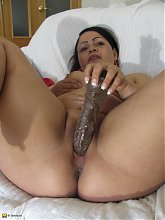 This mature housewife gets her pussy wet